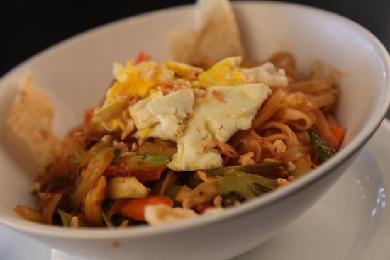 Symposium Cafe Restaurant & Lounge: Pad Thai dinner