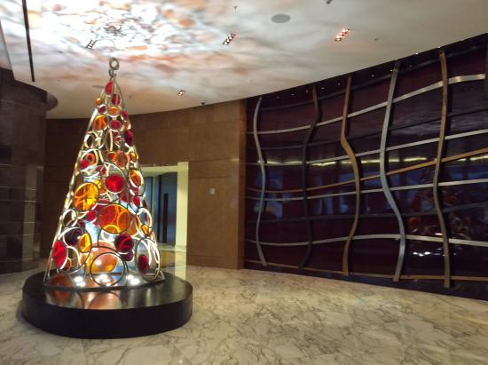 JW Marriott Marquis Miami: The lobby with a Christmas tree