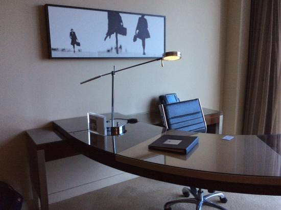 JW Marriott Marquis Miami: Office table