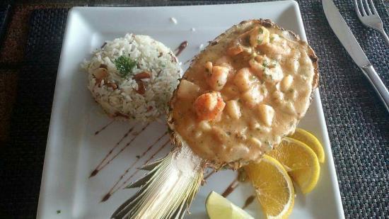 Restaurante Canto Do Mar: Camarão com brie e abacaxi e arroz com amêndoas.