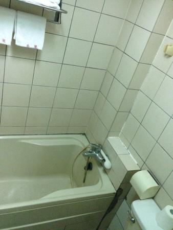Qiaoli Hotel: 湯船がある。お湯は問題なく出る。
