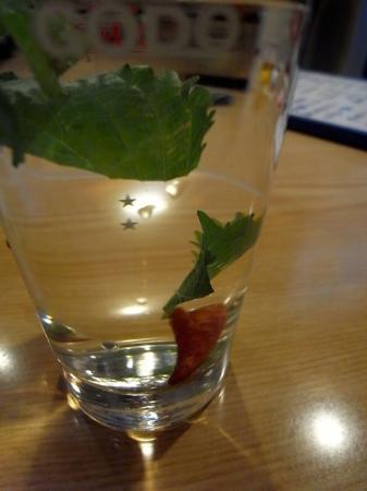 Masuya: 金魚(大葉と唐辛子入りお湯割り焼酎)