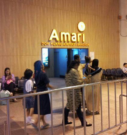 Amari Don Muang Airport Bangkok: De l'aeroport on entre a l'hotel ici ensuite une passerelle surplombe les voies et autoroute sur
