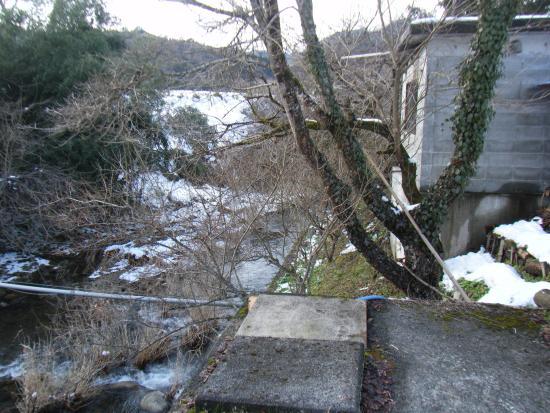 Yunogi Jisho Onsen: 柚木慈生温泉 南側の川