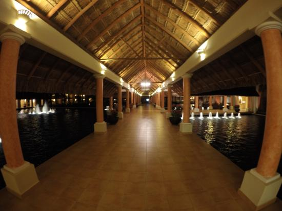 Barcelo Maya Tropical: Pathway to lobby