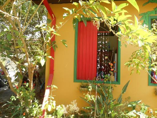 Caminho do Artesanato: Na janela, cortina rosa em fuxico.
