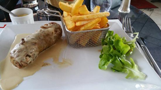 Oullins, Fransa: Salade tomates et oignons et andouillette sauce moutarde
