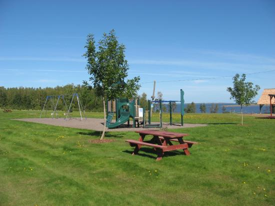 Tatamagouche, Kanada: Childsren's play area with Waugh River in the background.