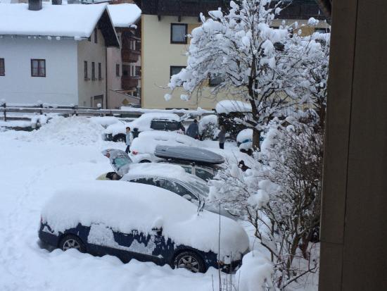 Landgasthof-Hotel Almerwirt : pohled z balkonu na zasněžené parkoviště