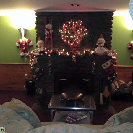 The Arbor Inn: Cozy fireplace in the lobby