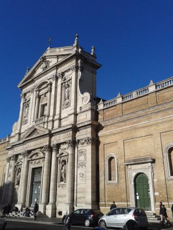Il Grottino Di San Bernardo: Церковь Santa Susanna слева от кафе