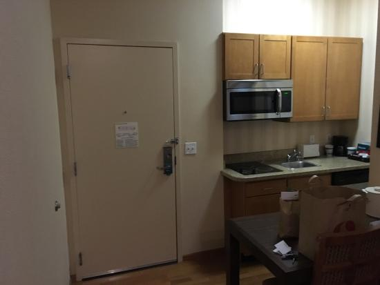 "Brisbane, Kaliforniya: Tiniest Homewood ""suite"" I've ever been in.  Kitchen is a joke; you can barely squeeze to get to"
