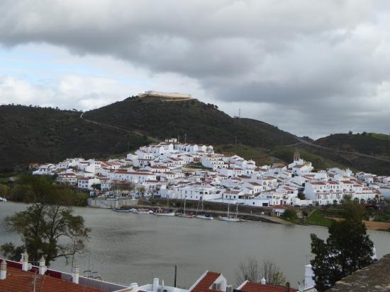 Alcoutim, Portogallo: Uitzicht vanuit het kasteel naar Spanje