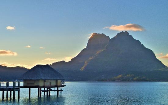 Bora Bora Pearl Beach Resort & Spa: 水上コテージから見る朝焼けとオテマヌ山はボラボラ島の中でも最高の景色です。