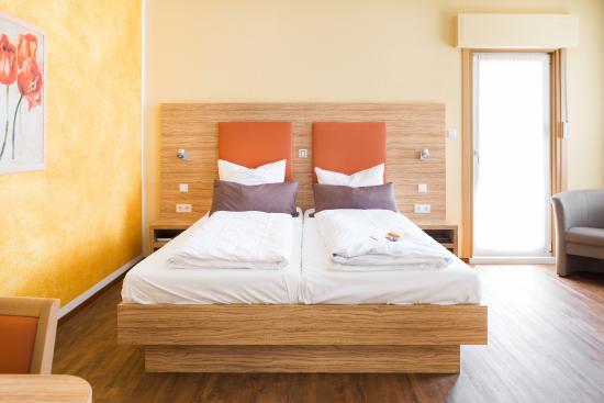 Landhotel Zur Katz: Doppelzimmer mit Balkon, Dusche/WC, TV und kostenloses Wlan im ganzen Haus
