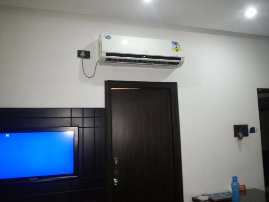 Hill View Guest House: TV and the ac