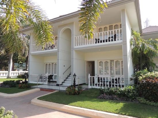 Radhika Beach Resort: Sitting area outside room and balcony