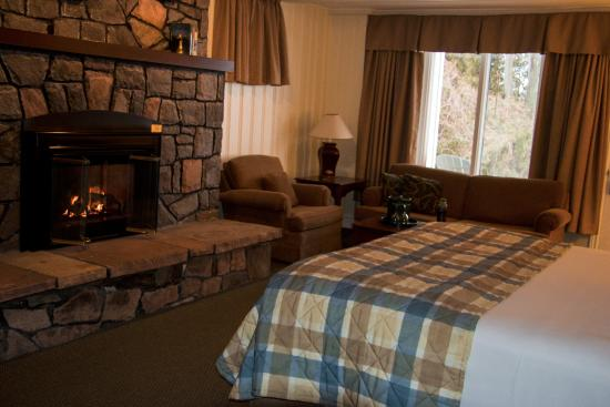 The Gananoque Inn and Spa: The fireplace was on and the room was cozy when we arrived.