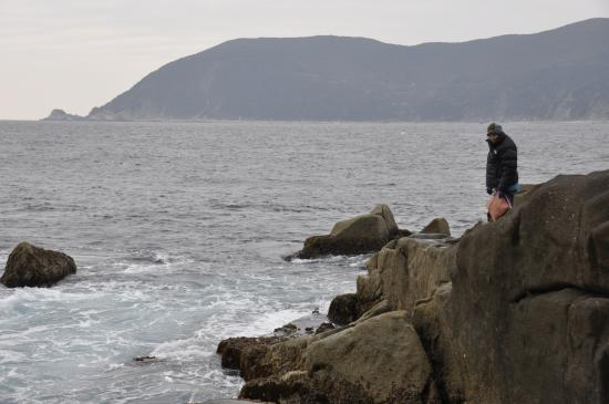 Ugurushima Island: 岩bで釣り