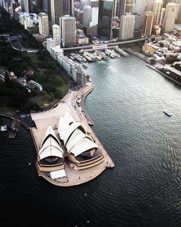 Sydney Helitours : Flying past the Sydney Opera House