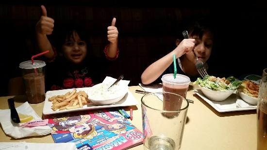 Boston Pizza : Kids loving their meals!