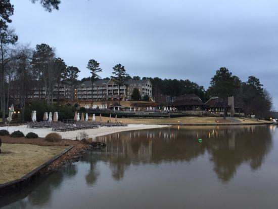 Greensboro, Georgien: Reflections on Lake Oconee from the Lake Jetty