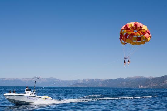 ตาโฮมา, แคลิฟอร์เนีย: Parasailing on Lake Tahoe