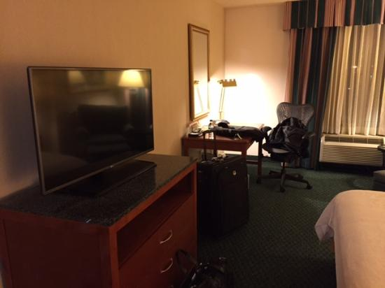Hilton Garden Inn Owings Mills: TV And Desk