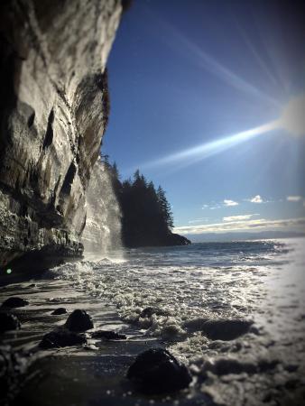 Sooke, Canada: The waterfall on Sandcut Beach