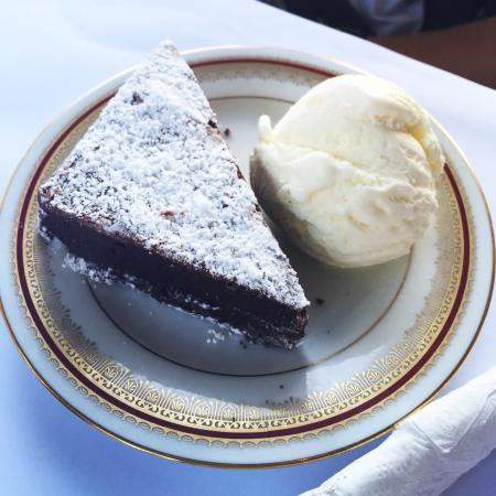 Nash Gallery & Cafe: Gluten free! Brownie with  ice cream