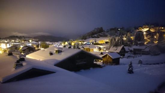 CGH Residences Les Chalets de Jouvence: Les Carroz by night (10p appartment)