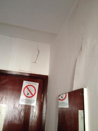 Slavija Hotel: Walls in a room