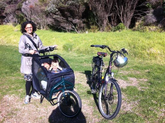 Waiheke Island, New Zealand: the whole family out BULLITT cargo bike:)