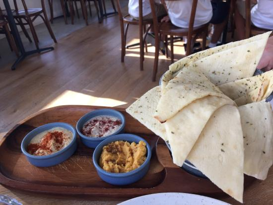 Trigg, Australien: Trio of dip with pita bread
