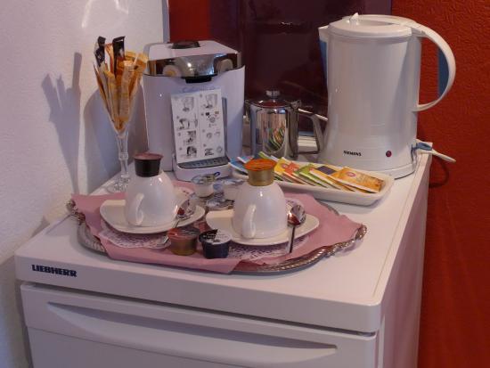 Kamp-Lintfort, Jerman: Kühlschrank mit Kaffee-/Teestation