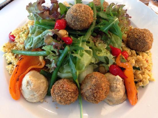 Антверпен, Бельгия: Salade met gegrilde sweetbite paprika, gemarineerde kikkererwten, fijne groene boontjes, taboulé