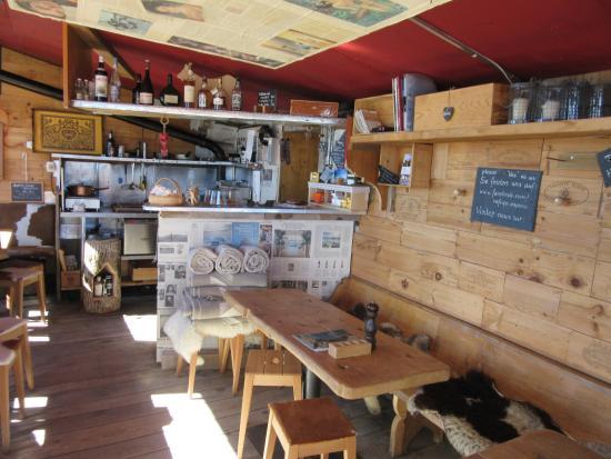 Schonried, Suiza: Le bar et l'accès à la cuisine