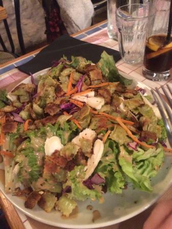 Die, França: Une salade Dioise,un oeuf meurette, une assiette de grenouilles et un moelleux au chocolat.