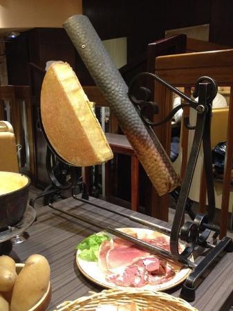 raclette savoyarde traditionnelle et assiette de charcuterie picture of le freti annecy. Black Bedroom Furniture Sets. Home Design Ideas