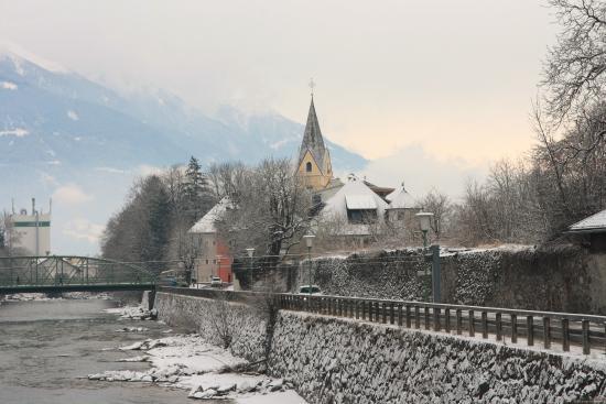 St. Andra (Church of St. Andrew) : вид с набережной на церковь Cанкт-Андра