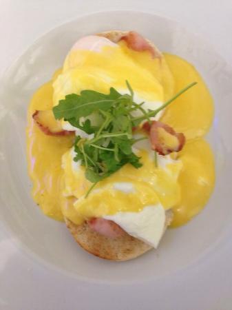 Банги, UK: Indulgent eggs benedict .