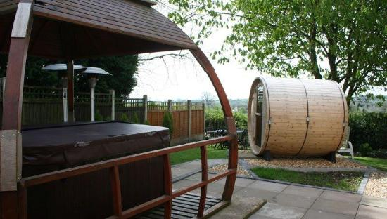Swinscoe, UK: Hot tub and sauna