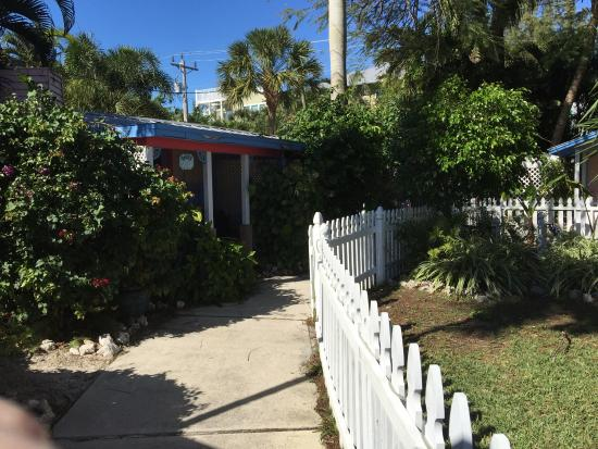 Captiva Island Inn Bed & Breakfast: Daisy cottage.  If you just need a place to shower and sleep, this small cottage is affordable a