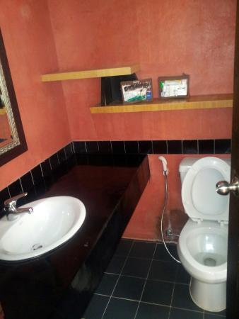 PP Insula: Salle de bains,la douche est italienne a droite.