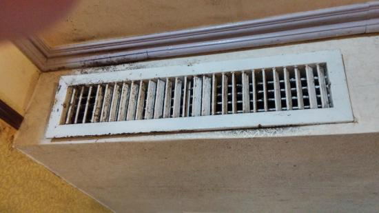 Laurel Business Hotel: 冷氣風口及天花板有很厚的灰塵