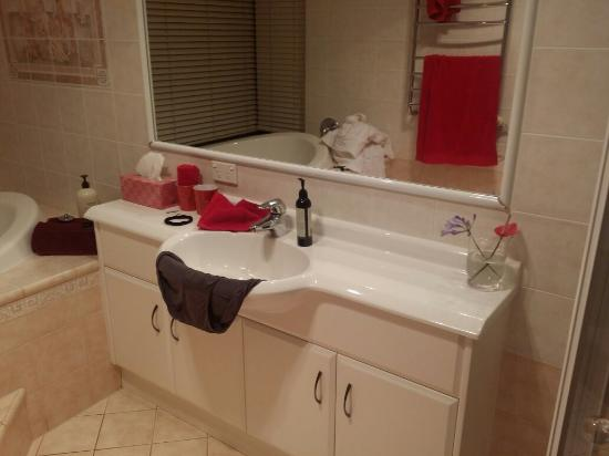 Eagle Heights, Australia: Sun rising, very clean luxurious bathroom!