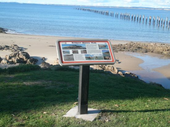 Bridport, ออสเตรเลีย: Foreshore History Walk at Old Pier beach