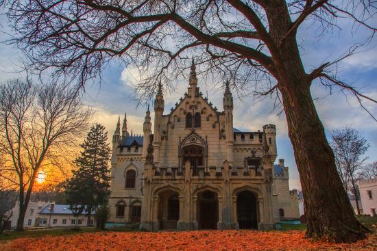 Miclauseni, Rumänien: Autumn at the Castle