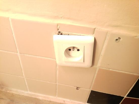 Ibis Tanger City Center: Power Point in. Bathroom