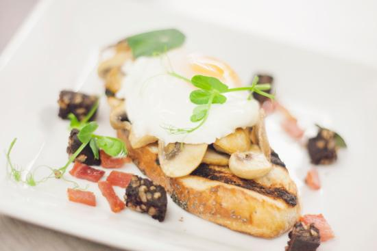 Slane, Irland: Poached egg, local black pudding and mushroom